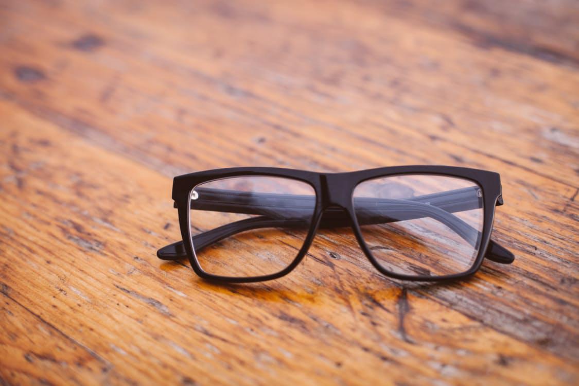5dbbd24cdce9d Escolhendo o material certo para armações de óculos